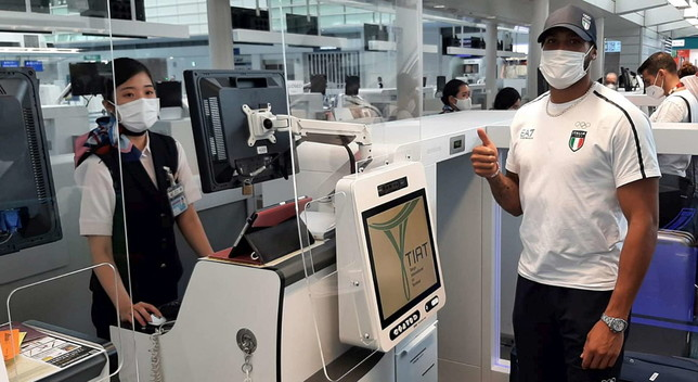 Marcell Jacobs torna a casa, in aeroporto festa e sfida: un pilota gli propone gara contro aereo