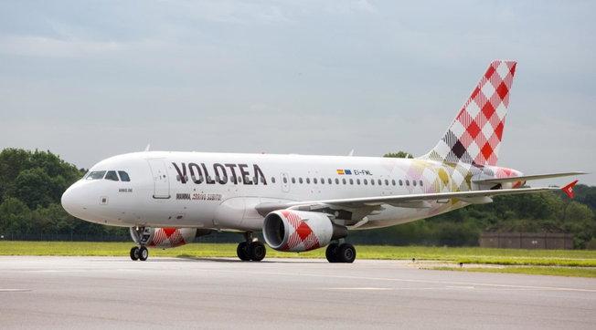 Palermo, malore in aereo: donna salvata da cinque medici a bordo
