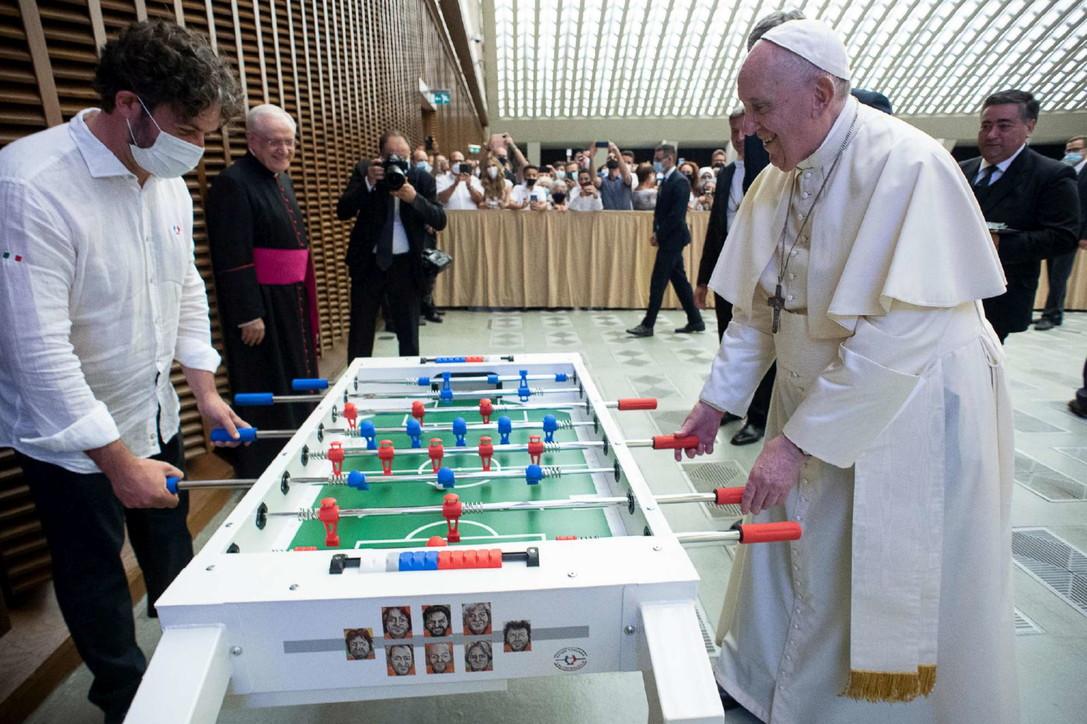 Papa Francesco, partita a calcio balilla durante l'udienza generale