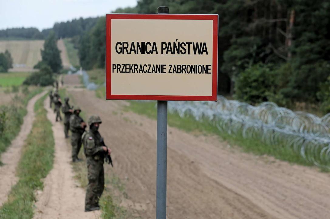 Profughi al confine tra Polonia e Bielorussia: Varsavia costruisce un muro anti-migranti
