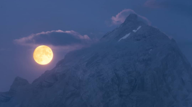 La Luna nell'ora blu che spunta dalle pendicidell'Antelao:ecco la foto del giorno per la Nasa