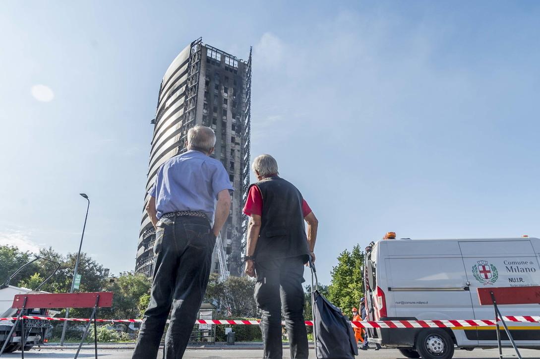 """Incendio in un grattacielo di Milano, cosa resta della """"Torre del Moro"""" il giorno dopo"""