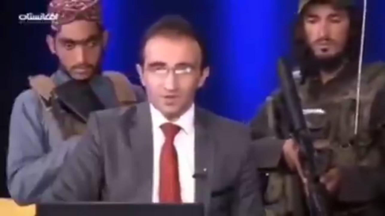 Afghanistan, l'anchorman va in onda circondato dai talebani armati