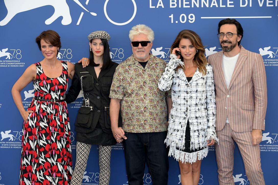 Venezia 78, Pedro Almodovarinaugura il festival con Penelope Cruz protagonista