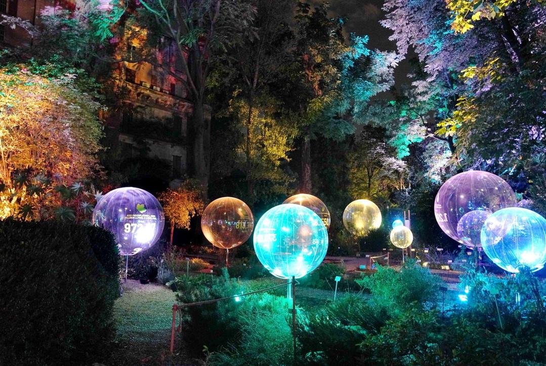 """Nuvole di luce illuminano l'Orto Botanico di Brera: è """"Natural Capital"""", l'installazione dello Studio Carlo Ratti"""