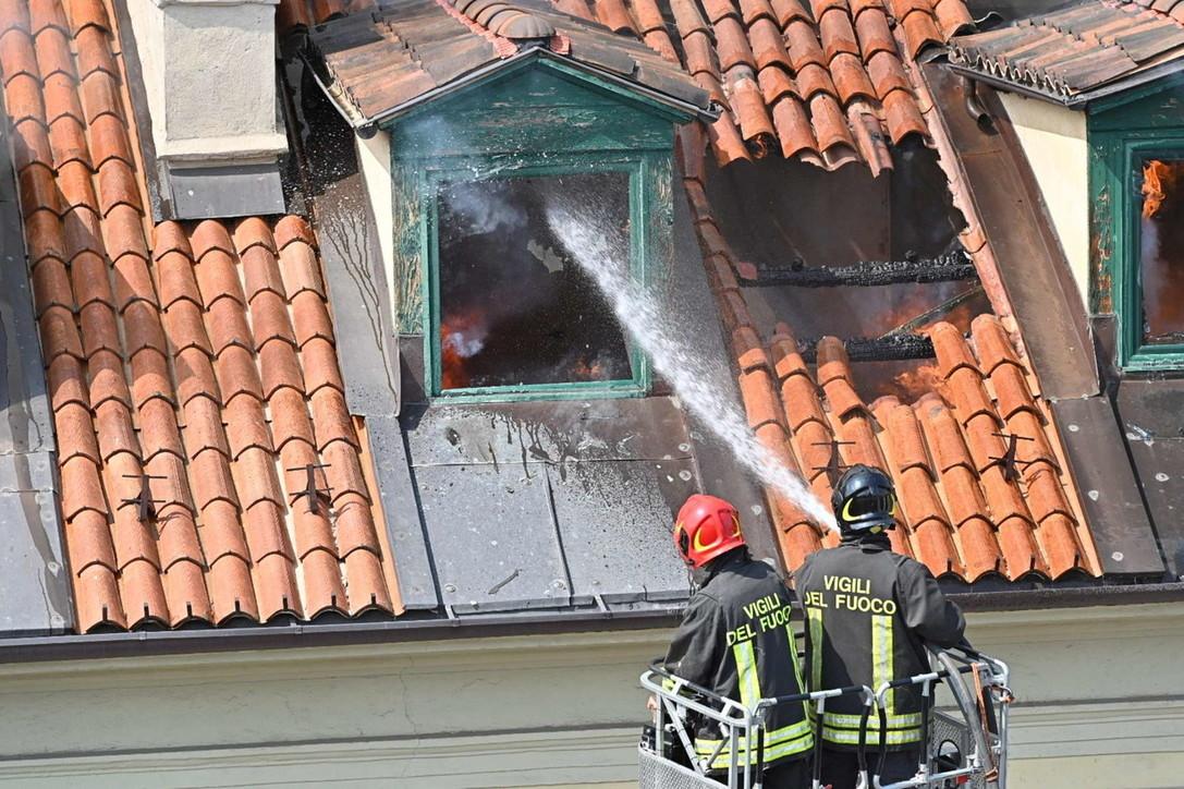 Incendio a Torino, le fiamme divorano mansarde e tetto