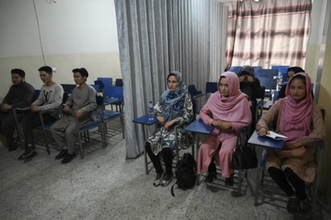 In Afghanistan tornano le divisioni tra uomini e donne alle università