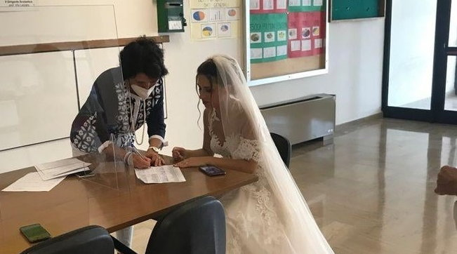 Taranto, la prof di Matematica si presenta a scuola in abito da sposa