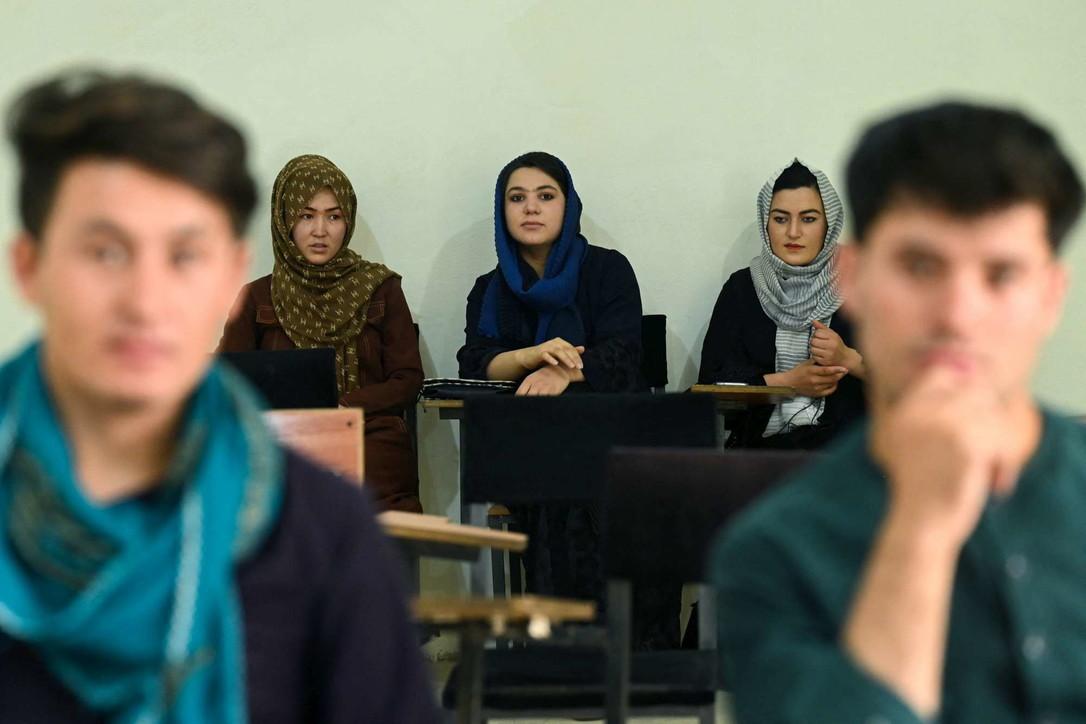 Effetto talebani, all'universitàdi Kabul uomini e donne separati da una tenda