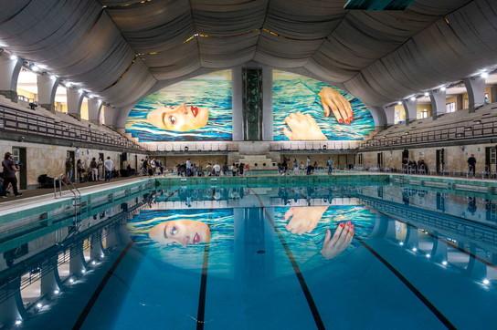 """""""Be Water"""", alla piscina Cozzi si nuota sotto il murale di Maurizio Cattelan"""