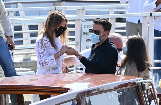 Venezia 78, Jennifer Lopez e Ben Affleck sono arrivati: tutti gli obiettivi sono per loro