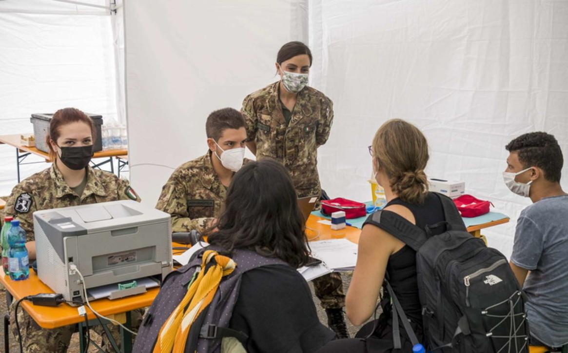 A Milano esercito e protezione civile in camper per vaccinare i minorenni