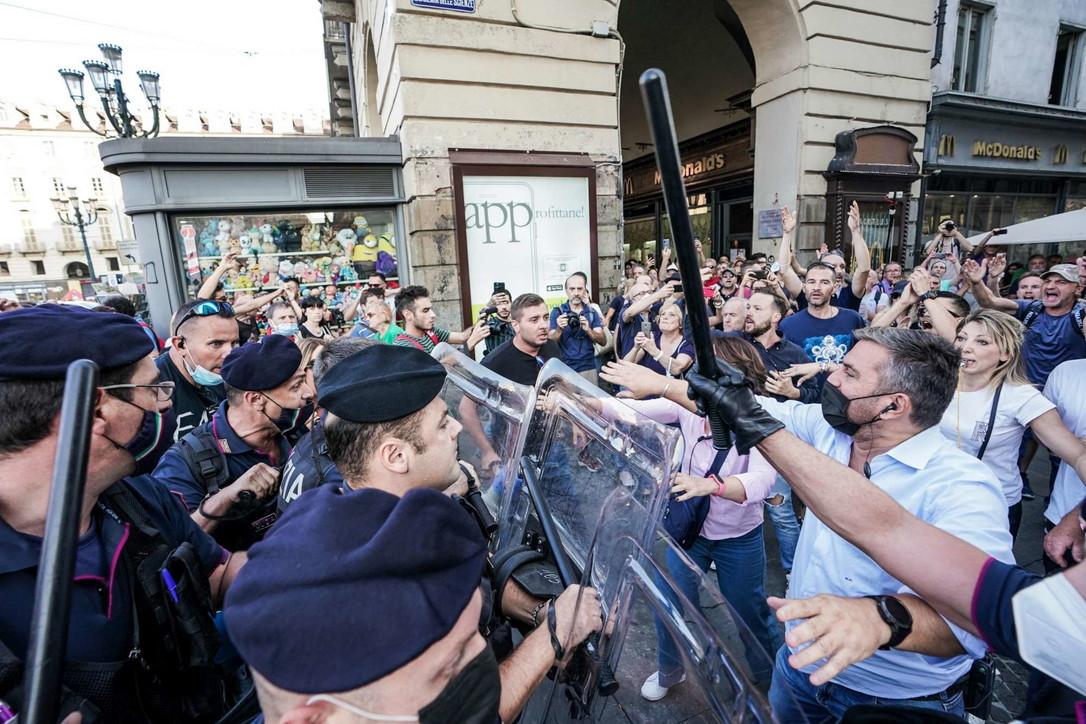 A Torino tensione al corteo contro il Green pass: calci e spintoni