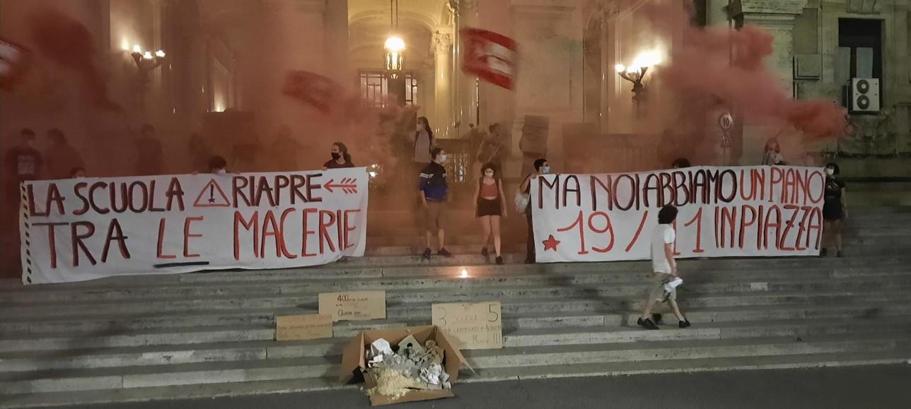 """La manifestazione di """"Unione degli studenti"""" davanti al ministero dell'Istruzione"""