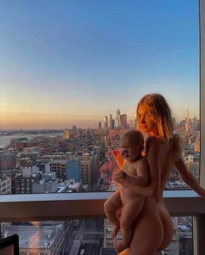 La modella Elsa Hosk con la figlia in braccio completamente nude sui social