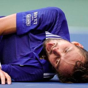 """US Open, Medvedev vince e imita l'esultanza a """"peso morto"""" del videogioco FIFA"""