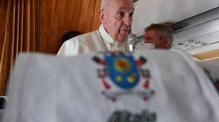 Il Papa e la conferenza stampa in aereo: è l'ultima volta su un volo Alitalia