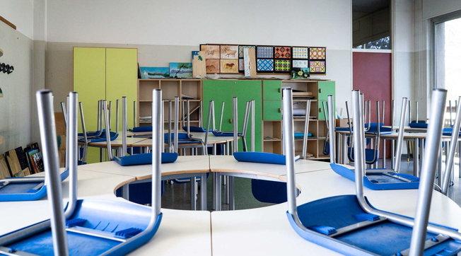 Napoli, bambino disabile non può raggiungere l'aula perché l'ascensore è fermo: per non escluderlo tutta la classe si trasferisce in teatro