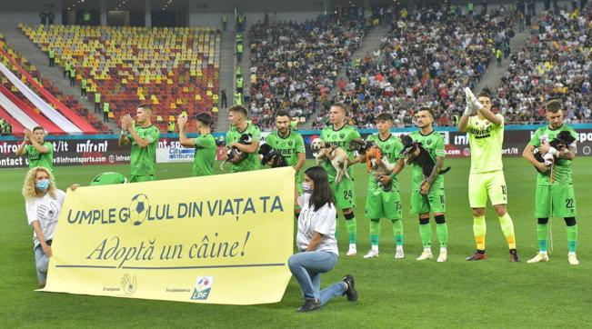 Romania, i cani in cerca di casa sfilano in braccio ai calciatori del campionato nazionale