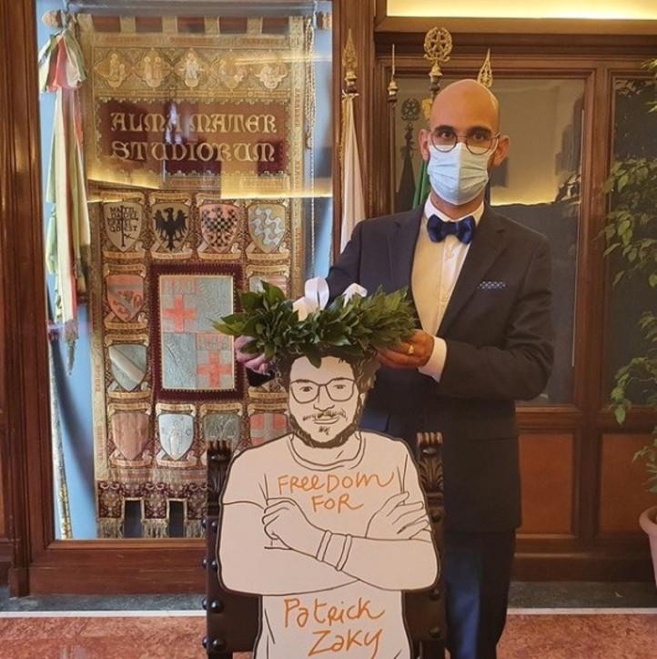 L'alloro sulla testa della sagoma di Patrick Zaki: l'omaggio dei suoi compagni di università nel giorno della loro laurea