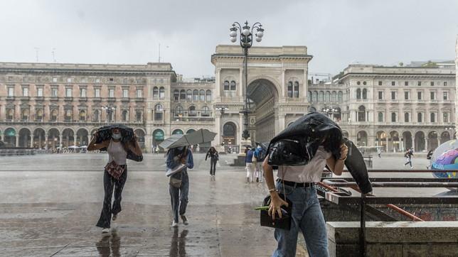 Milano, forte temporale in centro: turisti in fuga