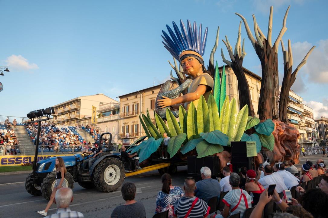 Viareggio: i carri giganti del primo Corso Mascherato
