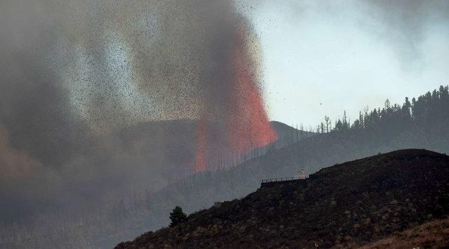 Eruzione Canarie, 5.500 sfollati: la lava si avvicina al mare