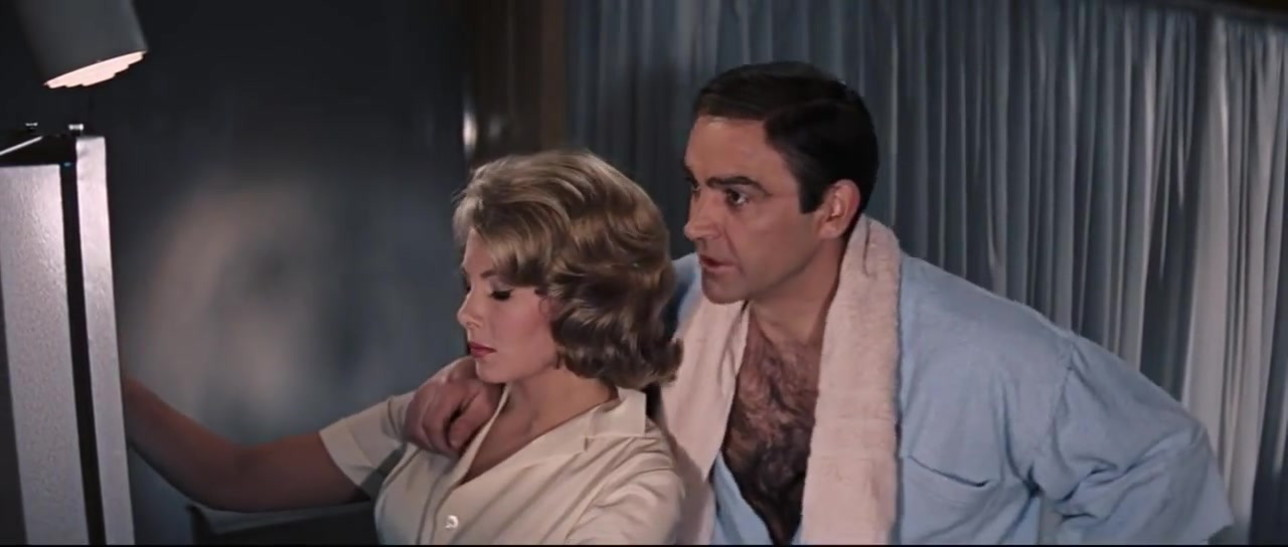 James Bond, da playboy a... molestatore