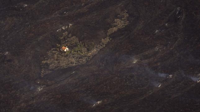 Eruzione Canarie, una villetta si salva in mezzo alla lava