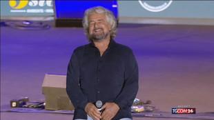"""Roma, Grillo trasforma Raggi in gladiatrice: """"Avanti con coraggio"""""""