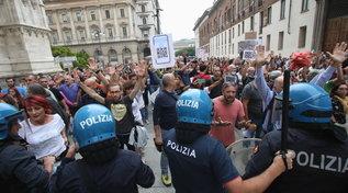 Milano,no Green pass in piazza: tensione manifestanti-polizia