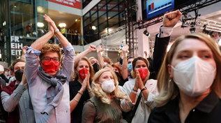 Elezioni in Germania, gioia e applausi nella sede dell'Spd dopo gli exit poll