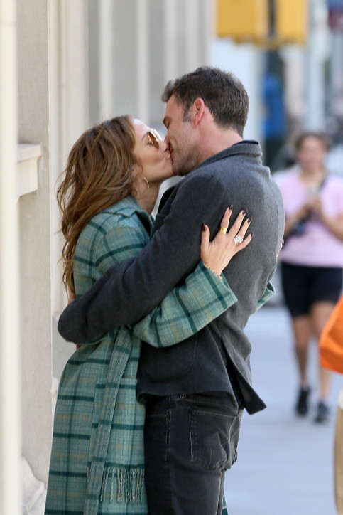 Jennifer lopez e Ben Affleck a passeggio tra baci e abbracci