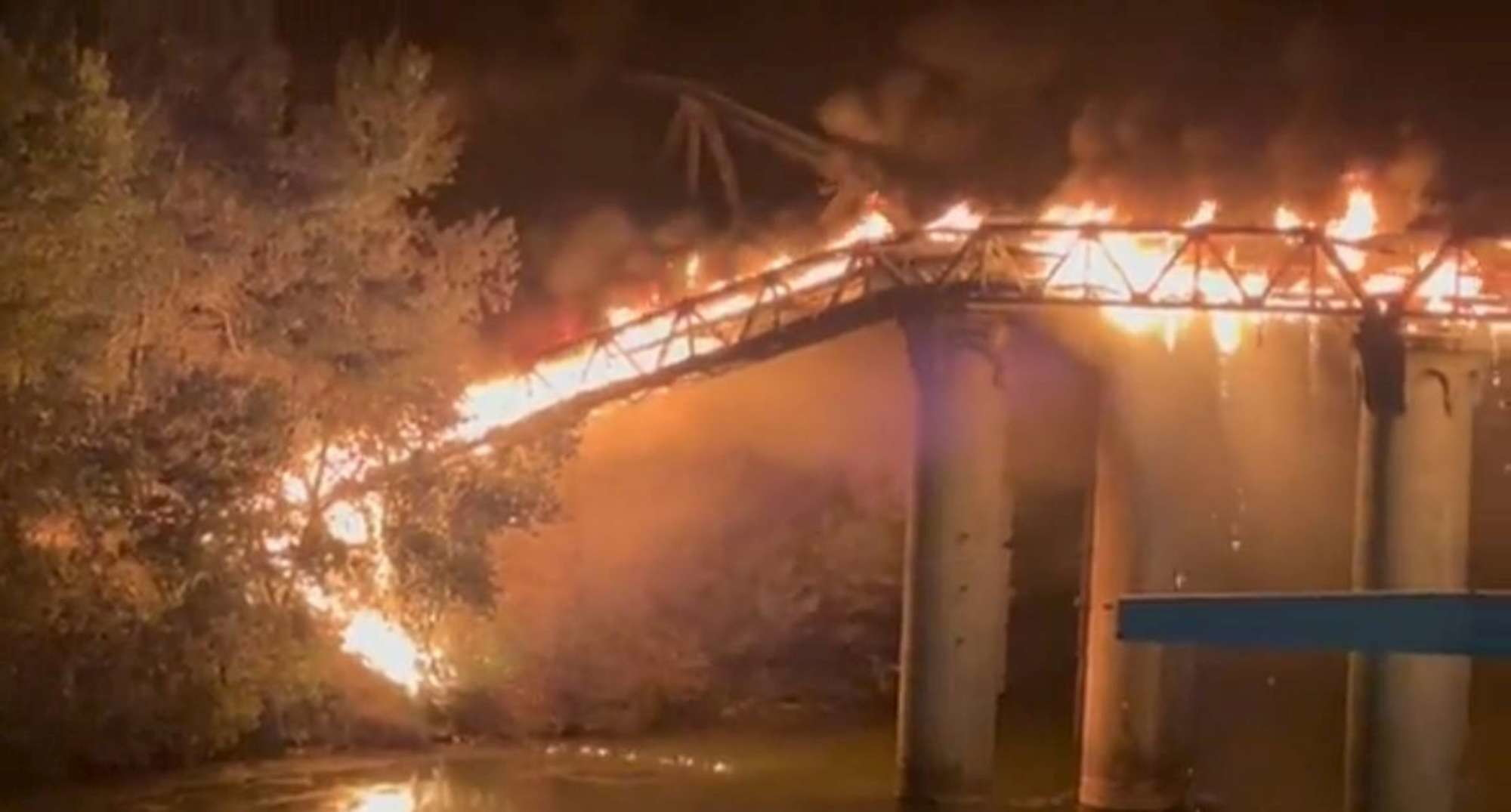 Roma, vasto incendio in zona Ostiense: in fiamme il Ponte dell'Industria