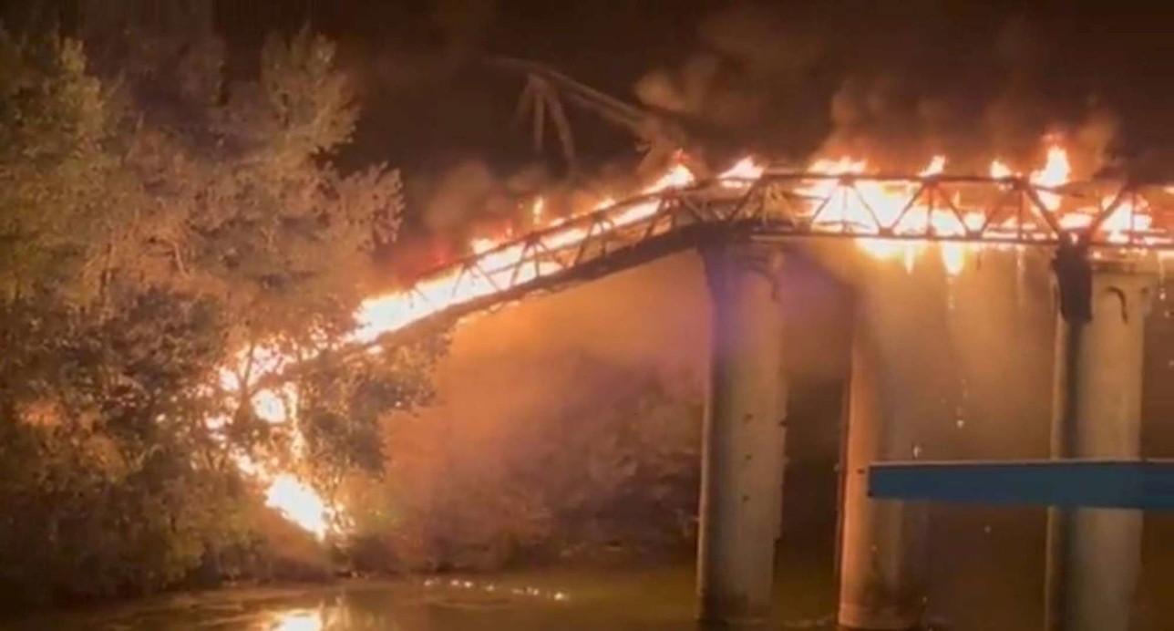 Roma, unincendio divora il Ponte dell'Industria