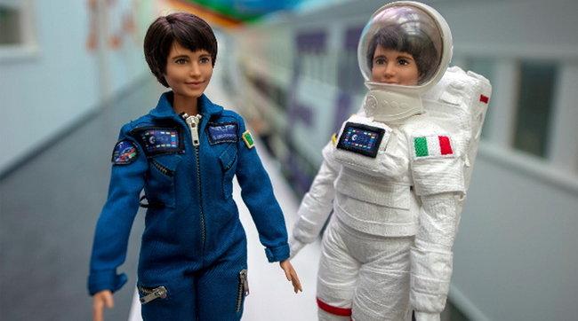 La Barbie va nello Spazio e indossa la tuta di Samantha Cristoforetti