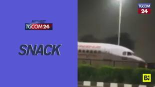 India, c'è un aereo sotto un ponte: come ci è finito lì?