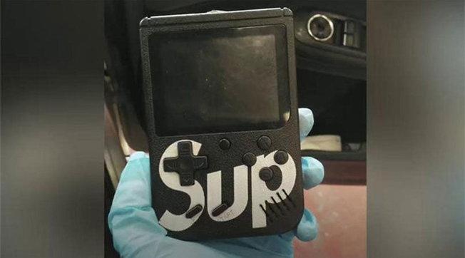 Gb: banda di ladri usa un Game Boy per rubare auto in pochi secondi
