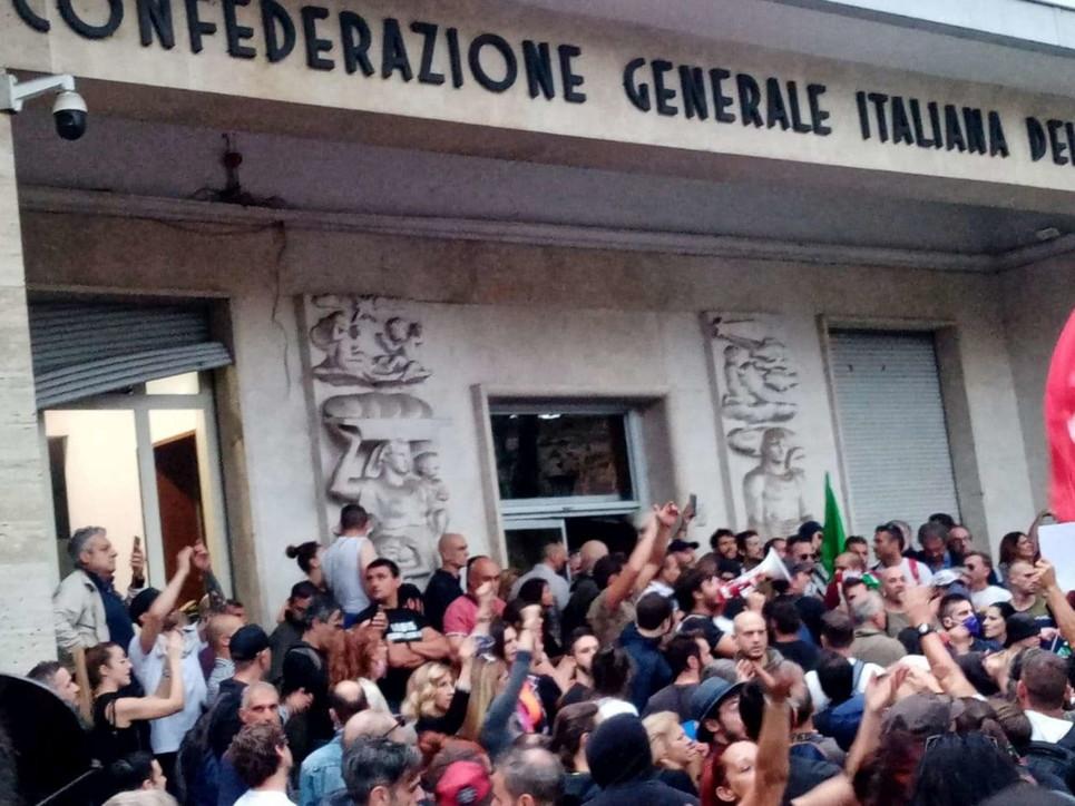 Proteste Green pass, assaltata la sede della Cgila Roma