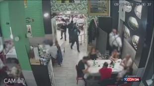 Napoli, rapina in un ristorante: Kalashnikov puntato contro bambini
