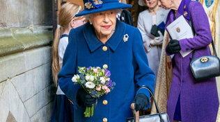 Londra,la regina a un evento pubblico per la prima volta con il bastone