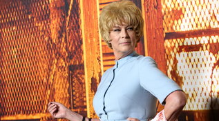 "Jamie Lee Curtissi travesteda Marion Crane di ""Psycho"" alla première di ""Halloween Kills"""