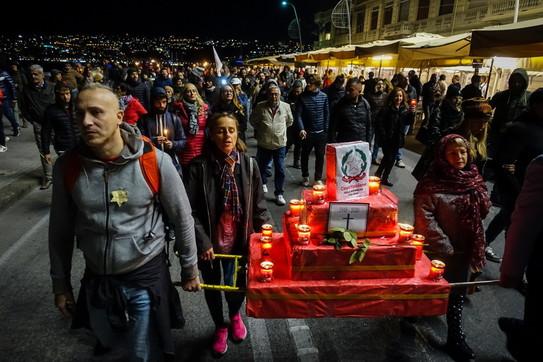 """Green pass, protesta a Napoli: circa 200 in piazza   In testa al corteoun """"altarino funebre"""" della Costituzione"""