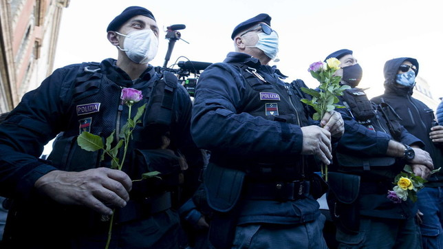 Roma, corteo No Green pass:fiori ai poliziotti in segno di pace
