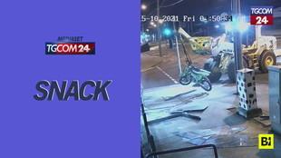 Australia, sfonda la vetrina con una ruspa e si porta via due moto... appese