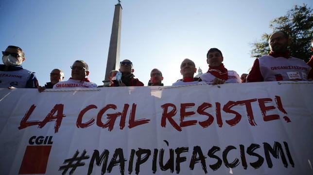 """Roma, corteo di solidarietà dopo l'assalto alla Cgil: """"Mai più fascismi"""""""