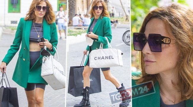 Laura Chiatti a Roma, look sexy per lo shopping di lusso