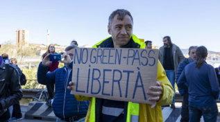 Trieste, la protesta dei portuali contro il Green pass