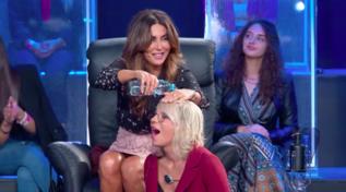 """""""Tu Sì Que Vales"""", Maria De Filippi vittima del gavettone di Sabrina Ferilli"""