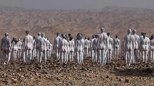 Spencer Tunick, 200 corpi nudi come granelli di sale per salvare il Mar Morto